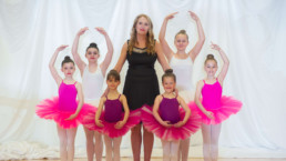 Création de la Fondation Germaine-Morin-Proulx. Christiane Proulx, directrice générale de l'Académie de ballet de Drummondville entourée de danseuses - Fagnan relations publiques